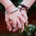 Twee handen in elkaar verstrengeld symboliseren de titel van deze blog over broederschap