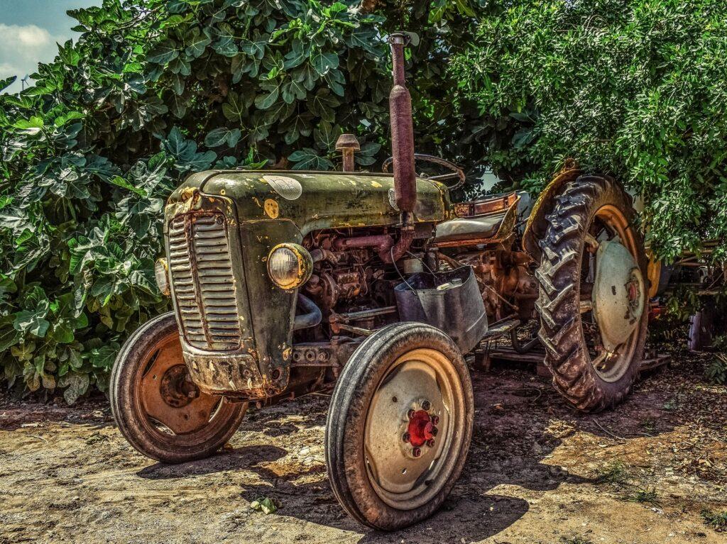 Een illustratie van een oude tractor die boeren gebruiken
