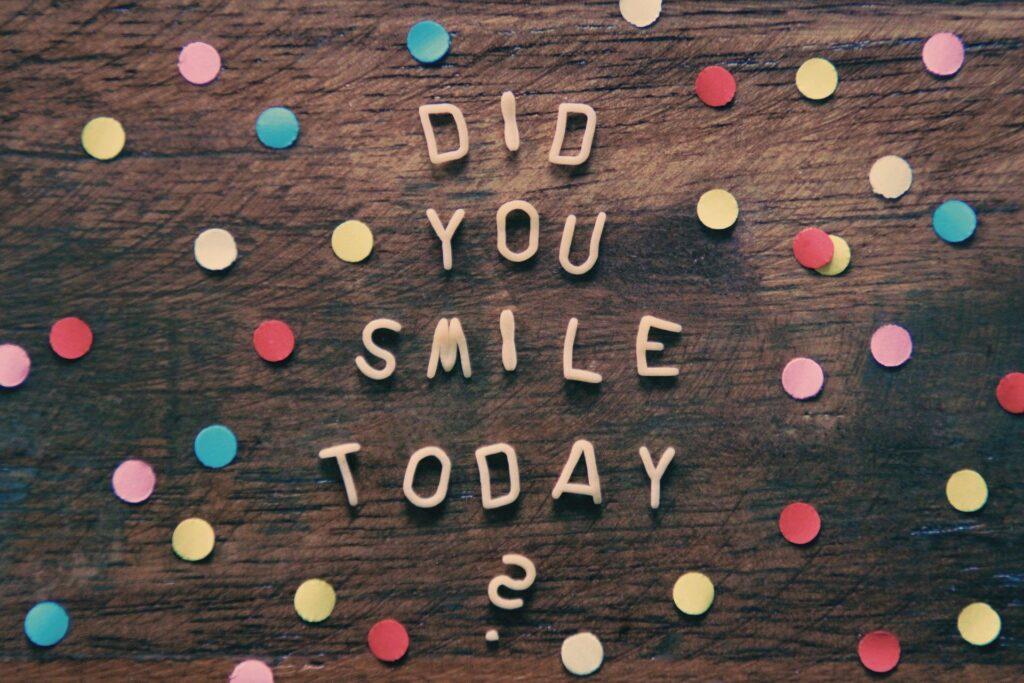 Op de afbeelding staat de tekst 'did you smile today?' en dat past goed bij 'treurnis', de titel van dit blog