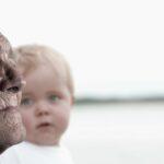 Deze foto van een oude man en een zuigeling illustreren een vooruitblik