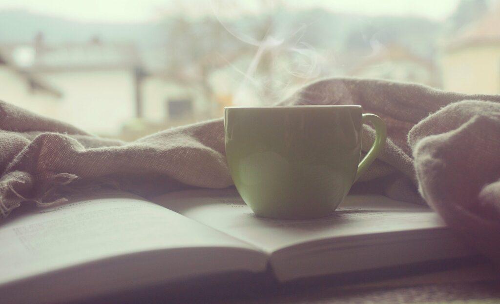 Een kop koffie en een boek ter illustratie van mijn blog over ontspannen